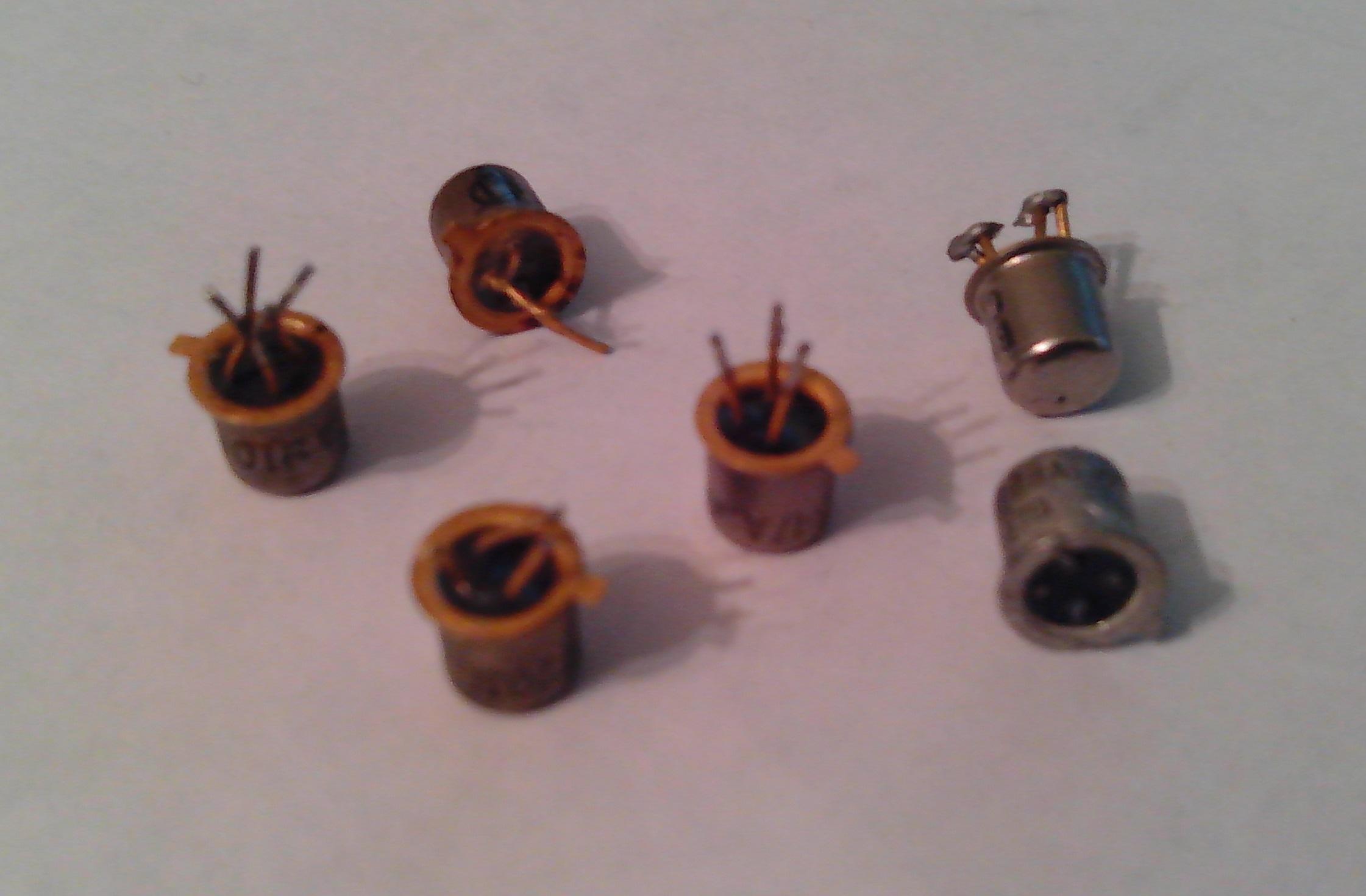 На фотографии Вы видите транзисторы, которые классифицируются как КОРПУС